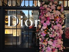 Veevers Carter creates stunning Valentines floral installation for Dior. Veevers Carter were back at Dior this month creating a spectacular installation to celebrate the launch of their Miss Dior. Dior Flowers, We Heart It, Flower Window, Flower Installation, Pink Images, High Fashion Looks, Types Of People, Shop Window Displays, Luxury Shop