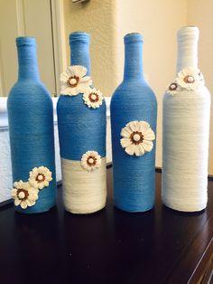 Las botellas de Charlotte son mano envuelto en hilo azul y blanco y adornada con flores blancas de imitación. Estas cuatro botellas de 750ml hacen el regalo de inauguración de la casa perfecta o pueden ser utilizadas como centro de mesa para una fiesta o una boda! * Botellas Beer Bottle Crafts, Wine Bottle Art, Painted Wine Bottles, Diy Bottle, Beer Bottles, Wine Bottle Centerpieces, Bottle Painting, Jar Crafts, Wrapped Wine Bottles