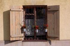 Finestra con persiane in legno e pentole foto