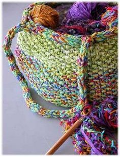 Knit a large tote bag to hold all your skeins of yarn for a project on the go: free #knitting pattern