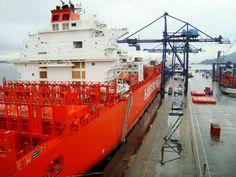 Navio recebendo carga