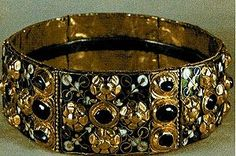 Гвоздена круна Лангобарда —Добила је име по гвозденој траци широкој један центиметар која се налази са унутрашње стране и за коју легенда каже да је искована од једног од ексера којима је пробијен Христ на распећу