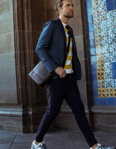 Blazer: Boss Hugo Boss/ T-shirt: Tommy Hilfiger/ Jogger pants: U Adolfo Domínguez/ Cross body bag: Burberry/ Lentes: Ermenegildo Zegna/ Sneakers: News Balance.