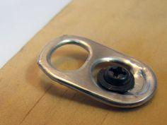 Cuelga un cuadro con la anilla de una lata. | 35 Maneras de usar objetos cotidianos que te cambiarán la vida