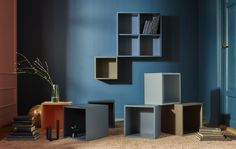 Scopri da IKEA i mobili componibili EKET che si adattano al tuo stile e alle tue esigenze, disponibili in diverse dimensioni e colori, come il blu e il grigio, e combinabili con un assortimento di ante e gambe.