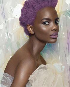 Ultra photogénique, le mannequin camerounais, Geli Forlefac, est faite pour le papier glacé ! En attendant, qui sait, de la voir fouler les podiums : pleins feux sur cette beauté ébène.