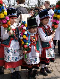 Polish Easter Traditions - kids in traditional costumes of the Kurpie Zielone region Polish Easter Traditions, Folk Costume, Costumes, Polish People, Polish Folk Art, Art Populaire, Polish Recipes, Polish Food, Ethnic Dress