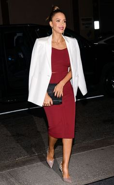 Jessica Alba from Stars at New York Fashion Week Spring 2016 Ow ow! Jess is picture-perfect in a deep red dress with a crisp white blazer. Jessica Alba Style, Look Blazer, Holiday Party Outfit, Burgundy Dress, Party Looks, New York Fashion, Look Fashion, Passion For Fashion, Midi Skirts