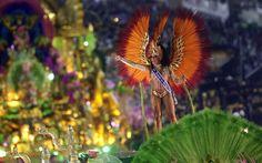 11/2/2012 - A rainha do Carnaval do Rio, Evelyn Bastos, no desfile da Mangueira