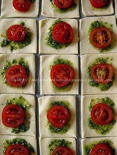 Sfogliatine con pesto, pomodorini e ricotta salata (preparazione)
