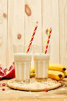 Smoothie with oat or oatmeal, banana and pomegranate on wooden rustic background. Healthy Milkshake, Milkshake Recipes, Smoothie Recipes, Healthy Juices, Healthy Drinks, Healthy Recipes, Oat Smoothie, Smoothies, Chocolate Cocktails