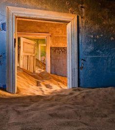 Une demeure abandonnée à Kolmanskop dans le désert de Namibie