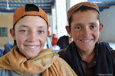 Più che semplici amici, Saifur e Shamsur, 11 e 13 anni, sono fratelli: nati e cresciuti in un villaggio di rifugiati afghani in Pakistan, oggi stanno per tornare nel loro paese d'origine, che non hanno ancora conosciuto. Sperano di trovare belle città, con tanti giardini e senza guerra: un posto dove poter realizzare i propri sogni.