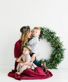 The Most Adorable Holiday Family Photos Ever Tis the season of fridges filled with joyful Christmas cards and holiday fun - so what better time to plan. Xmas Photos, Family Christmas Pictures, Family Holiday, Family Pictures, Family Photos With Baby, Winter Family Photos, Holiday Gif, Fall Family, Christmas Mini Sessions