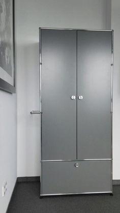 USM Haller Garderobenschrank als Sonderlösung. Flügeltüren aus Holz beschichtet in mattsilber