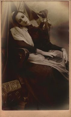 This site exists to discredit the idea of the Victorian standing post mortem photo. Post mortem photos do exist, but none of them are stand alone. Memento Mori, Vintage Pictures, Old Pictures, Old Photos, Time Pictures, Victorian Photos, Victorian Era, Fotografia Post Mortem, Dark Side