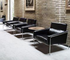 Poltrona 3.300, Arne Jacobsen, 1958.  Série 3.300 consiste na Poltrona de 1 lugar, bem como os estofados de 2 e 3 lugares. Cada peça nesta série é meticulosamente construída. Uma elegante série para áreas de espera, sala de estar e salas particulares.