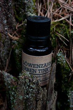 Dieses Kombinationspräparat vereint die heilende Wirkung des Löwenzahns (Taraxacum) mit der der Zirbe (Pinus cembra). Die enthaltenen Bitterstoffe stärken den gesamten Magen-Darm-Trakt. Der Löwenzahn ist bekannt für seine reinigende Wirkung, er unterstützt besonders die Leber bei ihrer entgiftenden Funktion und fördert den Gallenfluss. Er löst störende Ablagerungen in Gelenken und entfernt sie... Taraxacum, Jack Daniels Whiskey, Whiskey Bottle, Etsy, Nth Root