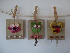 Handig bordje met haakjes voor je sleutels, kettingen enz.  Hout + afvalmateriaal + spijkers + kralen  www.knutselkantine.nl