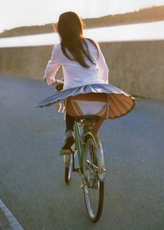 21 Reasons Why You Should Wear Appropriate Clothing While Cycling! Vive Le Sport, Vive Le Vent, Cycling Girls, Girls In Panties, Bicycle Girl, Young At Heart, Windy Day, Biker Girl, Sexy Outfits