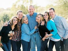 leaning in pose (Jonathan Canlas Photography) Source by karalynnlubas Look blue Large Family Pictures, Large Family Portraits, Extended Family Photos, Large Family Poses, Family Portrait Poses, Family Picture Poses, Family Picture Outfits, Family Portrait Photography, Fall Family Photos