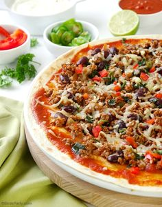 Quick & Easy Mexican Tortilla Pizzas - revamp your old classic pizza recipe with a few Mexican twists for a healthier party appetizer or snack! Healthy Pizza Recipes, Beef Recipes, Mexican Food Recipes, Retro Recipes, Yummy Recipes, Pizza Chili Recipe, Pizza Tortilla, Pasta Sauce Recipes, Recipes
