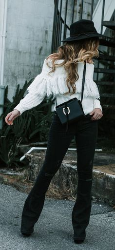 Boho winter outfit perfect for the weekend styled with fringe sweater, black flared jeans, and black fedora Flare Jeans Outfit, Jeans Outfit Winter, Black High Waisted Jeans Outfit, Dress Winter, Outfits With Hats, Boho Outfits, Winter Outfits, Style Désinvolte Chic, Mode Style