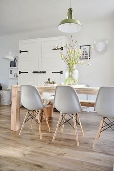 If there's one thing certain in the interior design world, it's that Charles and Ray Eames designed exceptional furniture for Herman Miller. Dining Room Inspiration, Interior Design Inspiration, Deco Design, Home Fashion, Scandinavian Interior, Modern Interior, My New Room, Home And Living, Home Kitchens