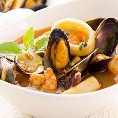 Zarzuela facile – Ingrédients :16 belles crevettes crue décortiquées (décongelées),4 beaux morceaux de poissons (lotte ou cabillaud décongelé),600 g de moules crues (ou 1 ...