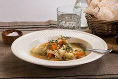 Frikassé med kylling smaker fantastisk og tar kortere tid enn om du lager den med høns.