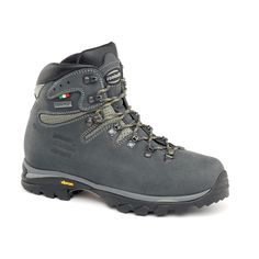 895 CRISTALLO GTX WNS - Versatile medium loads backpacking boot. Lowered back line to improve fit and heel locking. Notch on collar to improve comfort around heel area. Rubber insert in the heel rear part to enhance support. Zamberlan® Vibram® Revolve outsole for easy traction, better grip and durability. #zamberlan #cristallo #discoverthedifference #backpacking