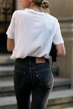 Idée et inspiration look d'été tendance 2017   Image   Description   jean taille haute noir et tee-shirt blanc simple et efficace!!!