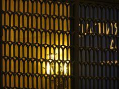 Grade, espelho e luz