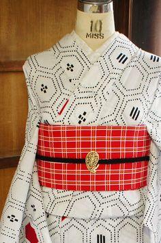 白地に赤と黒のカラーリングもスタイリッシュにモダンにデザインされた亀甲模様が染め出された注染レトロ浴衣です。