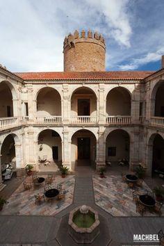 Palacio de los Duques de Feria Zafra Badajoz España. Vegvisir, Scotland Castles, Spain Travel, Vacation Trips, Andorra, Places To See, Patio Interior, Madrid, Architecture