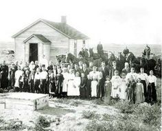 Oklahoma History: Pioneer Life in Early Oklahoma A typical one room schoolhouse. Oklahoma Land Rush, Oklahoma Usa, Country School, Old School House, School Days, Indian Territory, Pioneer Life, Vintage School, Early American