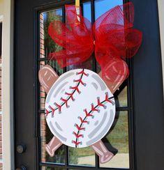 Türhänger: Baseball, Softball, Baseball Wall Decor, Sport-Dekor via Etsy - Holz - Baseball Wall Decor, Baseball Crafts, Baseball Snacks, Baseball Stuff, Baseball Mom, Football, Burlap Door Hangers, Wooden Hangers, Burlap Crafts