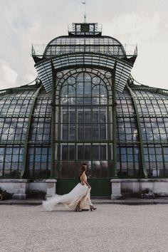 fließendes Brautkleid aus Tüll, leichtes Hochzeitskleid aus Softtüll, tiefer Rückenausschnitt / Foto: www.amonbarbara.com