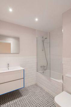 La #reforma de baño concluyó con un espacio cómodo y completamente equipado. #reformas #barcelona #interiorismo