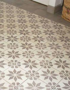 carrelage_ciment_fleur_etoile_grise-z. Vinyl Flooring, Kitchen Flooring, Dalle Adhesive, Beige Carpet, Carpet Tiles, Bath Remodel, Concrete Floors, Carpet Runner, Modern Rustic