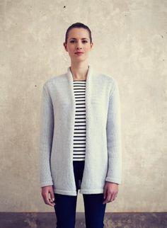 Met dit gratis breipatroon kun je een vest met sjaalkraag breien voor vrouwen in de maten S t/m XXL. Het niveau is: half gevorderd tot gevorderd.