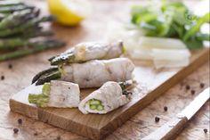 Gli involtini ripieni di asparagi sono un secondo piatto al forno delicato e gustoso: carne di tacchino arrotolata avvolge asparagi e formaggio.