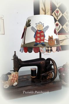 Llevaba mucho tiempo no saber que hacer con este maquina de coser antigua.....        ...hasta que se me ocurrió convertirla en lampar...