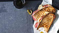 Muhkeiden lämppäreiden väliin sujautetaan salamia ja Taleggio-juustoa. Jalopenoviipaleet tuovat leiville mukavaa potkua. Taleggio, Salama, Grill Pan, Grilling, Griddle Pan, Crickets, Grill Party