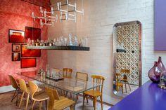 Aqui, a bebida fica disponível no bar suspenso por cabos de aço – uma criação da dupla Mariana Dornelles e Stéfano Barino