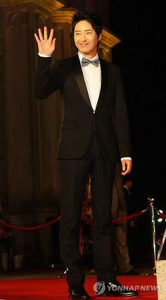 Uhm Ki Joon at the 47th Daejong Film Awards | MyungMin International - 明民国际 - 明民國際 - ミョンミン インターナショナル
