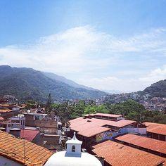 Vista al pueblo y a la montaña desde #HotelCatedral #PuertoVallarta