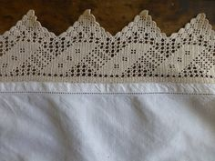 A beautiful good quality linen tray cloth with hand crocheted border. A vintage piece in excellent condition free from stains. Measures 570x375 without border, 740x545 including border.