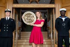"""Posing with my new best friend at my new club 😜😍 📷AELTC"" Simona Halep Wimbledon, Looking Gorgeous, Simply Beautiful, Wimbledon Champions, Professional Tennis Players, Lawn Tennis, How To Look Pretty, Poses, Club"
