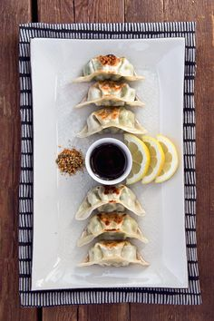 Japanese yasai gyoza mom's is the best! Japanese Gyoza, Japanese Food Art, Japanese Dishes, Japanese Culture, Ravioli, Tapas, Sushi, Curry, Korean Food